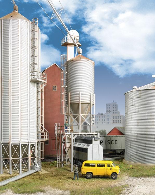 Walthers Cornerstone 2935   Grain Surge Bin